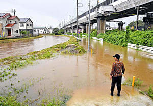 大雨の影響で道路などが冠水した。左奥は濁川=9日午後2時30分ごろ、福島市永井川