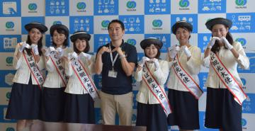 五十嵐立青市長(中央)を表敬訪問した「第14代つくば観光大使」=9日、つくば市研究学園