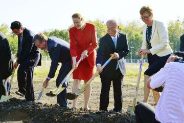 ウィーン近郊サイバースドルフで行われたIAEA研究所の改修計画の起工式。右から2人目が故天野之弥事務局長=2014年9月(IAEA提供・共同)