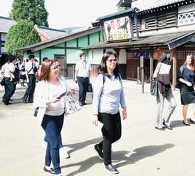 昔ながらのまち並みが広がる登別伊達時代村を散策する参加者