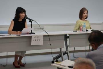 PTAの課題や改善策について話す今関さん(左)と岩竹さん=神戸市中央区・こうべ市民福祉交流センター