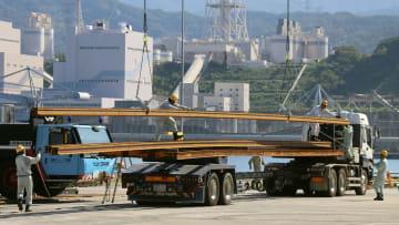陸揚げされた北陸新幹線のレール=10日午前、福井県敦賀市の敦賀港