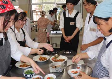 京都大カレー部員とカレーの盛り付けをする生徒たち(京丹波町豊田・須知高)