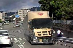 トラック(右)が川に転落する直前を写したドライブレコーダーの画像。車体前部が大破している=神戸市灘区高羽町1(読者提供)