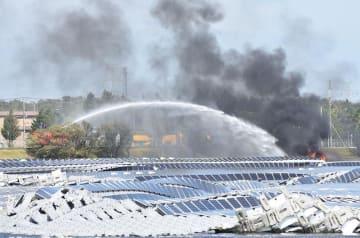 ソーラーパネル周辺の火災で市原市消防局の消防車が消火に当たった=9日午後、山倉ダム
