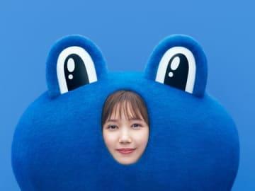 青いカエルの着ぐるみ姿を披露した本田翼さん