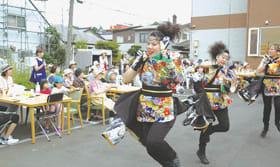 室蘭百花繚蘭の迫力ある演舞を楽しむ利用者ら