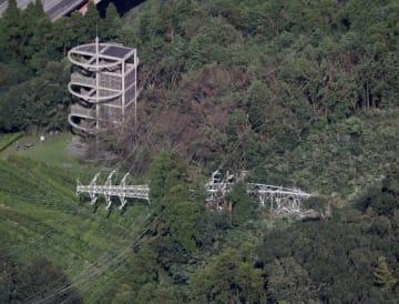 時事通信 台風15号の影響で倒れた鉄塔=9日午後、千葉県君津市