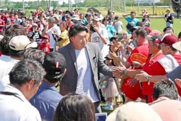 「自らの原点」とする母校に天然芝を贈った稲垣啓太選手。壮行会でラグビーW杯に向けての意欲を高めた=8日、新潟市西区