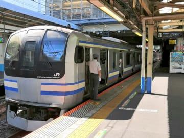 逗子-久里浜間の運転再開がずれ込み、ダイヤが乱れていたJR横須賀線=10日、大船駅