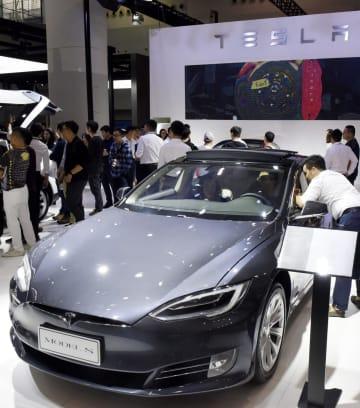「広州国際モーターショー」で展示された米電気自動車メーカー、テスラの車=2018年11月、中国・広州(共同)