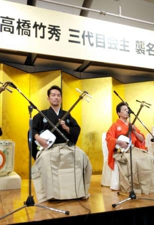 新潟高橋竹山会の3代目会主を襲名した史佳Fumiyoshiさん(左)=新潟市中央区