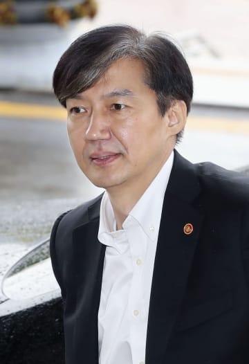 10日、ソウル郊外にある法務省の建物に入る韓国のチョ国法相(聯合=共同)