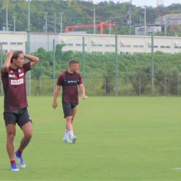 チームのトレーニングでたっぷり汗を流したヴィッセル神戸FWルーカス・ポドルスキ(写真右)(写真:ラジオ関西『GOGO!ヴィッセル神戸』)