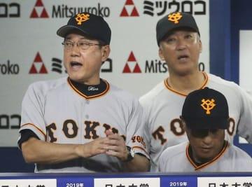 DeNAに勝利し、優勝マジック再点灯を喜ぶ巨人・原監督(左)=横浜