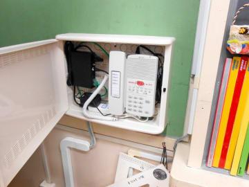小中学校の各教室に設置されたインターホン