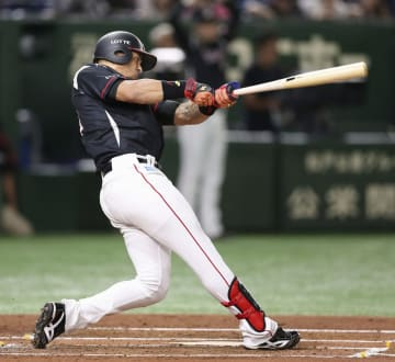 2回ロッテ1死一塁、マーティンが右中間に先制2ランを放つ=東京ドーム