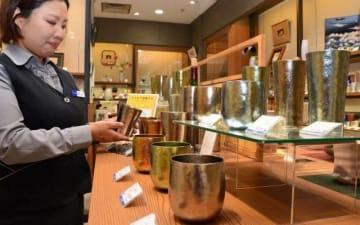 食卓の彩りにと天満屋岡山店はチタン製カップを並べる