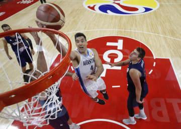 バスケットボールW杯準々決勝、セルビア戦でシュートを決めるアルゼンチンのルイス・スコラ(中央)=10日、東莞(ロイター=共同)