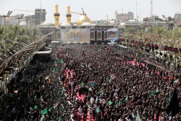 10日、イラク中部カルバラでイスラム教シーア派の行事「アシュラ」に参加する人々(ロイター=共同)