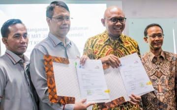 MOUに署名したKCICのチャンドラ社長(左から2人目)とMRTジャカルタのウィリアム社長(同3人目)=10日、ジャカルタ(NNA撮影)