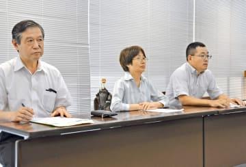 知事の発言撤回と謝罪を求めて申し入れをした社民党県連合の木村栄子副代表(中央)ら=県庁
