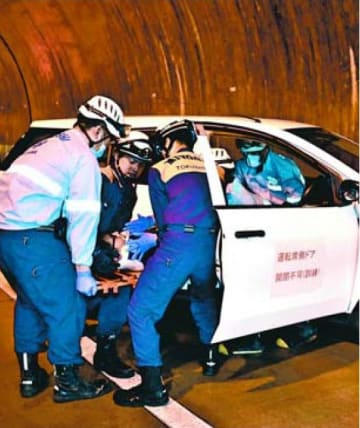 京上トンネルであった訓練で、事故車両から負傷者を救出する消防隊員ら=三好市東祖谷