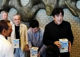難病治療支援の募金活動をする佐渡裕さん(右)と山本育海さん=明石市民会館