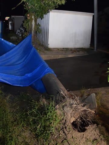 根元から折れて倒れた電柱=10日午後7時35分、岐阜市中鶉、鶉小学校