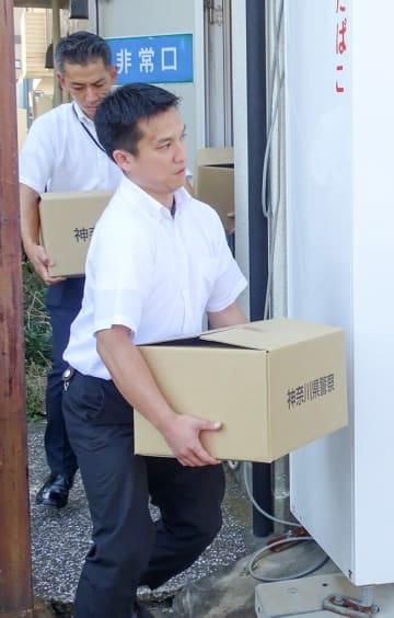海上自衛官による贈収賄事件で関係先の「明食」から押収品を運び出す県警捜査員=10日午後2時10分ごろ、横須賀市三春町