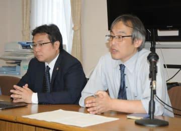 記者会見する若者投資・マルチ商法被害対策弁護団の長田淳団長(右)と上原伸幸事務局長=10日午後、さいたま市