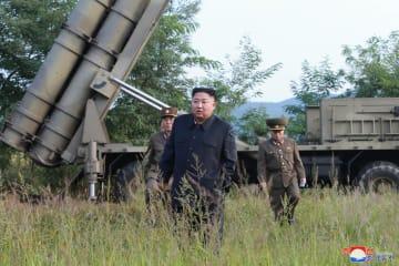 「超大型ロケット砲」試射を現場で指導する金正恩朝鮮労働党委員長=10日(朝鮮中央通信=共同)