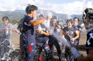 後期優勝が決まり、炭酸水を掛け合って喜ぶ愛媛MPの選手ら=10日、愛媛銀行総合グラウンド