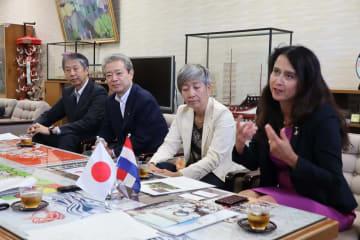 田上市長に原爆展の開催を報告するスヒールメイヤー館長(右)=長崎市役所