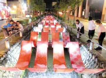 ライトアップされた熊谷染の反物=熊谷市の星川
