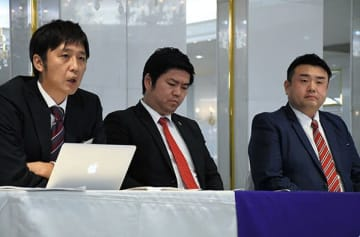 株主総会の後、記者会見する熊本バスケットボールの湯之上聡社長(中央)、内村安里共同代表(左)、西井辰朗ゼネラルマネジャー=熊本市中央区