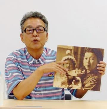 写真を手に母の思い出を語る円広志=大阪市北区のカンテレ