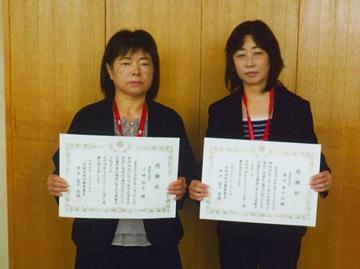 感謝状を贈られた小林則子さん(左)と清水実千代さん(那珂警察署提供)
