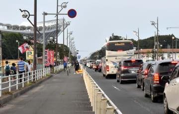 県立カシマサッカースタジアムに向かう車で混雑する国道51号鹿嶋バイパス=5日、鹿嶋市神向寺