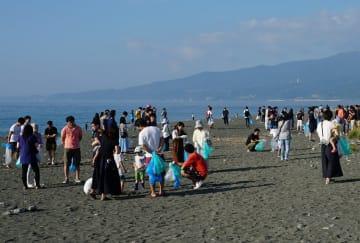酒匂川河口で海岸清掃するさがみ信金の参加者=小田原市