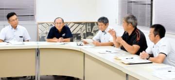 西日本豪雨を受けて、肱川整備の要望を議論した野村地区河川整備促進協議会の理事会=10日夜、西予市野村町野村