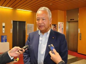 党会合を終え、取材に応じる甘利明氏=11日午前10時半ごろ、東京・永田町の自民党本部