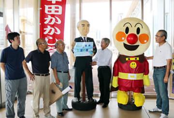 祭りをPRする蔭島会長(右から2番目)ら実行委メンバー=JR新高岡駅