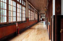 レースの舞台となる木造校舎の廊下=西脇小学校