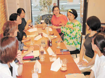 フリーランスの参加者が、それぞれの仕事の悩みを話し合ったバーチャル同僚会=9日、仙台市太白区