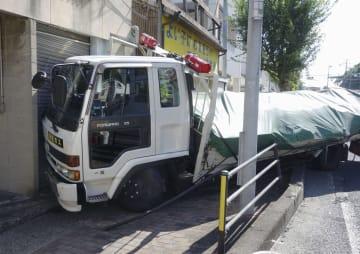 長崎県佐世保市の国道35号で多重事故が発生し、建物に突入したトラック=11日午後