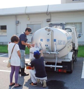 時事通信 台風15号の影響による断水で、給水車に訪れた住民(9月10日)