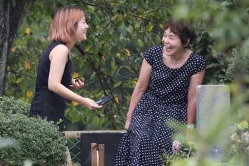 記念撮影を始めたが、IMALUと顔を見合わせて爆笑する場面も。