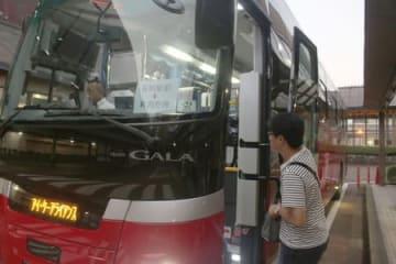 長岡駅と新潟空港を結ぶ早朝の高速バスの初便=11日午前5時30分ごろ、長岡市