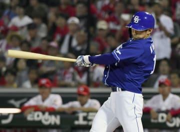 10回中日無死、京田が右越えに勝ち越し本塁打を放つ=マツダ